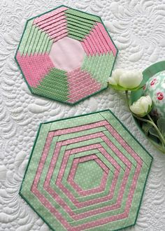 Folded Strips pattern for hexagonal and octagonal coasters and mug rugs. Mug Rug Patterns, Quilt Patterns Free, Plastic Canvas Tissue Boxes, Plastic Canvas Patterns, Star Quilts, Quilt Blocks, Mug Rug Tutorial, Fabric Boxes, Tissue Box Covers