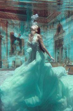 drawning princess - woman underwater in a turquoise ball gown | photography . Fotografie . photographie | Photo: Jvdas Berra | Model: Valentina Lobeira |