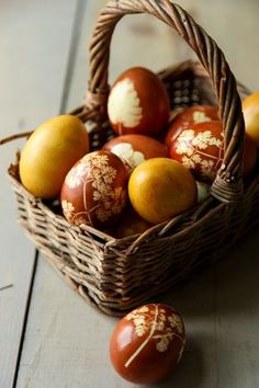 Dolce Fooda: Naturally Dyed and Decorated Easter Eggs (Using Onion Peel and Turmeric) Easter Craft Activities, Easter Crafts, Easter Decor, Easter Egg Dye, Coloring Easter Eggs, Easter Recipes, Holiday Recipes, Cherry Festival, Brown Eggs