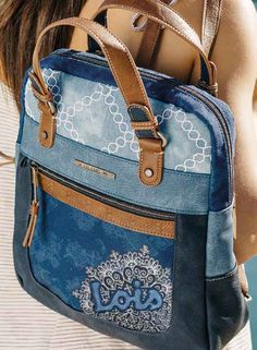 ¿Mochila o Bolso? Con sus dos asas superiores podemos utilizar esta mochila com. Denim Backpack, Denim Bag, Backpack Bags, Mochila Jeans, Fashionable Diaper Bags, Denim Handbags, Diy Bags Purses, Bow Bag, Recycle Jeans