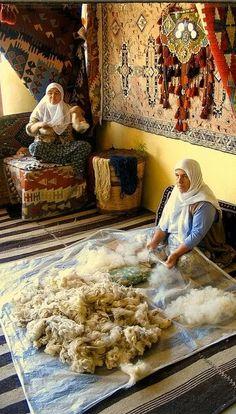 Türk Halısı (Turkish Carpet), Fethiye Traditional carpet making… We Are The World, People Around The World, Turkish People, Photo D Art, Turkish Art, Patterned Carpet, Ottoman Empire, Istanbul Turkey, Persian Carpet
