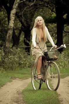 beautiful girl on a bike . Bicycle Women, Bicycle Race, Bicycle Girl, Female Cyclist, Cycling Girls, Women's Cycling, Cycle Chic, Bike Style, Alice