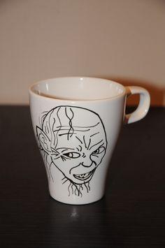 Gollum cup Ručně malovaný hrnek Gollum z bílé kameniny s nápisem My precious!. Objem 250ml, omyvatelný v myččce
