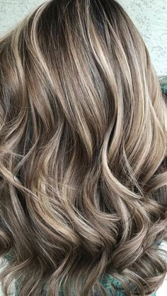 Gorgeous blonde hair balayage that is worth a try this year. hair highlights Stunning Blonde Hair Balayage To Try Brown Hair With Blonde Highlights, Brown Hair Balayage, Hair Color Balayage, Balayage Highlights Brunette, Bayalage, Low Lights And Highlights, Fall Hair Highlights, Short Balayage, Natural Highlights