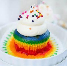 Cupcake rainbow con crema batida.