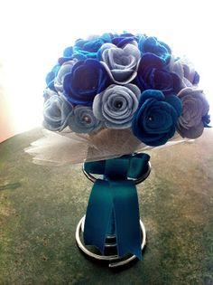 Ramo de fieltro: rosas en tres tonos azules