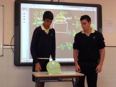 Nacho y Miguel Ángel de 4ºA experimentan con la fuerza de fricción.