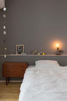 寝室にはダーク色のクロスを採用し、深みのある落ち着いた空間に。手作りの作品が並ぶ造作棚、たいせつな物を夢の中でも。 Natural Interior, Grey Room, Other Rooms, Wall Colors, Grey And White, Sweet Home, House Design, Interior Design, Bedroom