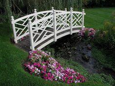 pont de jardin en blanc pour le bassin de jardin