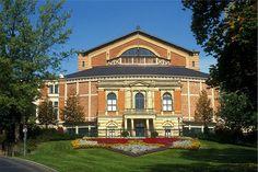 Das Wagner-Festspielhaus Bayreuth, der Ort an dem die weltberühmten Richard Wagner Festspiele stattfinden. (AR)  Mehr Info unter: http://bayreuth.bayern-online.de/die-stadt/sehenswertes/festspielhaus-bayreuth/
