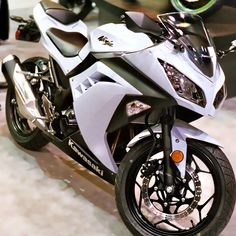 Best 5 beginner motorcycles for women the white and black ninja!! Very nice!!