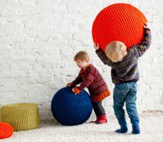 Muoviset jumppapallot eivät ole kodin kaunistuksia. Neulo niille kivat Pomppu-päälliset ja ne muuttuvat mukaviksi. Neulepäällysteisen pallon päällä voi ist