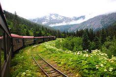 """Resultado da enquete """"Viajar de trem ou de carro qual você prefere?"""" A votação foi meeega acirrada mas o trem ganhou por uma diferença bem pequena.  Para aqueles que amam viajar de trem aí vai uma dica de um passeio super bacana que fizemos no Alasca: White Pass.  A empresaWhite Pass & Yukon Routeoferece diversos tipos passeios peloWhite Pass que é uma antiga ferrovia construída no auge da corrida do ouro no Alasca.  Os passeios partem de Skagway e se diferenciam de acordo com o destino…"""