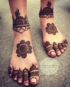 28 Simple and Easy Payal Style Leg Mehndi Designs Leg Mehendi Design, Round Mehndi Design, Peacock Mehndi Designs, Leg Mehndi, Leg Henna, Dulhan Mehndi Designs, Foot Henna, Mehndi Design Photos, Mehndi Designs For Fingers
