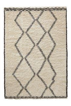 Handvävd ryamatta i ull med oregelbundet mönster. En mycket mjuk, tjock och skön matta med mönster och vävteknik som är inspirerade av traditionella marockanska mattor. Fransar. Stl 170x240 cm. Då mattan är handvävd kan små variationer i mönster och färg förekomma.<br><br> <br><br>För ökad säkerhet och komfort, använd halkskyddsmatta som håller din ryamatta på plats. Halkskyddsmattan finns i flera olika storlekar. <br><br>100% ull<br>Kemtvätt