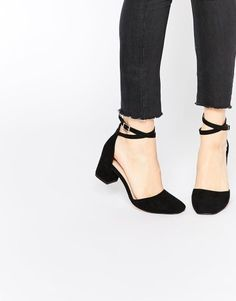 This is one 'Sighting' we love to see - simple and classy black heels.