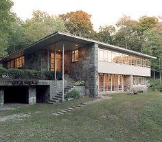 Subtile mélange de pierre et de blanc pour une maison ouverte sur la nature. #maison #architecture #design #house www.elleaime.fr