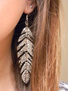 Feather earrings with sparkles! I don't know if I could pull this off, but its pretty!