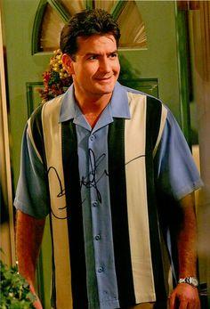 Charlie Sheen – Original signiertes Großfoto ca. 20x30cm des ehemaligen Hauptdarstellers als CHARLIE HARPER in der erfolgreichen Serie TWO AND A HALF MEN. www.starcollector.de