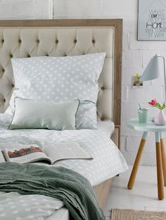 Un diseño clásico tapizado en capitoné, de Car Möbel Modern Bedroom Decor, Bed Pillows, Decor, Bed Design, Home Bedroom, Modern Bedroom, Bedroom Deco, Home Decor, Room