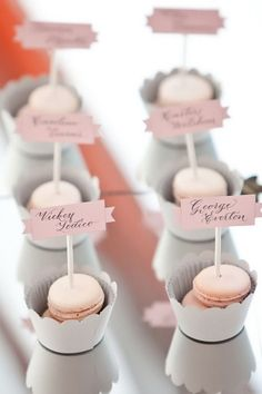 Indica las mesas de los invitados con dulces
