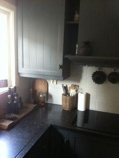 Ingezonden door Anja Otto-Sterrenburg.   De keuken is geverfd met houtverf in de kleur Nero en de wanden met kalkverf in de kleur Leem.De verf is gekocht bij Ham's Made in Driebruggen