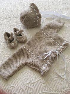 Conjunto de jubón, capota y patucos beig para bebé. Hechos por María Landín