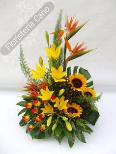Centro de flores con strelitzias, girasoles