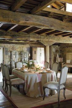 00310502. Comedor con sillas tapizadas en blanco bajo las vigas de madera_00310502