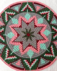24 cm çapında tabanım bitti 😄 320 ilmeğim oldu , şimdi hiç artış yapmadan artık , gövde desenimi yerleştirebilirim ☕ Motif Mandala Crochet, Tapestry Crochet Patterns, Crochet Handbags, Crochet Purses, Loom Bands, Peyote Patterns, Loom Patterns, Bag Pattern Free, Native American Beading