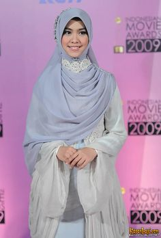 Oki Setiana Dewi, tampil Anggun dengan warna abu-abu.