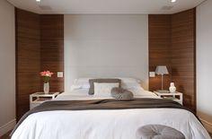 Parede com madeira ripada na horizontal + cabeceira de couro branco + criados brancos. Projeto Marcelo Rosset.