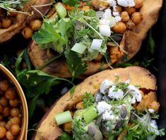 Zoete aardappel uit de oven met kikkererwten en geitenkaas Surf And Turf, Scampi, Food Blogs, Healthy Recipes, Healthy Food, Guacamole, Food Art, Foodies, Tacos
