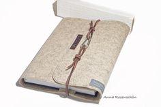 Vintage Style Kalender Hülle / Notizbuch Hülle  / Buchumschlag aus hellem muschel grauem Filz, personalisiert mit deinem Namen. Das braune Lederband mit Karabiner Verschluss sieht lässig, cool und...