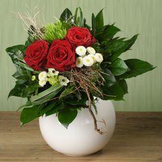 """""""Ich bin für Dich da"""" Drei großblumige rote Rosen sowie Milchstern und Bartnelke sind zu einer stimmigen Kreation arrangiert. Dekorative Zweige und das frische Weiß des Beiwerks zaubern Akzente und fügen sich harmonisch ein. #rosen #milchstern #bartnelke #blumenstrauß    EUR 19.99"""