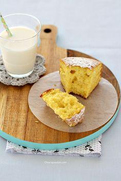 """La hot milk sponge cake come dice il nome è una torta al latte caldo, un dolce che definirei quasi """"magico"""", si prepara con ingredienti che tutti abbiamo in dispensa e diventa soffice come una nuvoletta grazie al latte caldo che si versa nella massa montata a base di uova. E' per"""