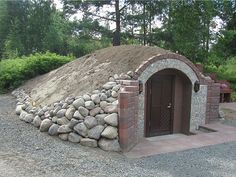 maakellari7 Underground Shelter, Underground Homes, Garage Guest House, Earth Sheltered Homes, Earthship Home, Vintage House Plans, Modern Rustic Decor, Garden Tool Storage, Root Cellar