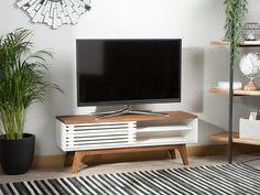 Unser Fernsehschrank wird Sie mit seinem ausgefallenen Design und der schöner Farbekombination begeistern. Dieses Schränkchen überzeugt durch eine elegante Ausstrahlung und hochwertige Qualität. Dieses Mediamöbel hat zwei Fächer mit jeweils einem höhenverstellbaren Einlegeboden. Mit einer kleinen Schiebetür lässt sich jeweils eines der beiden Fächer schließen. Die Holzstreben, welche in kleinen Abständen an der Schiebetür angebracht sind, geben dem Fernsehschrank einen offenen Charakter. Bedroom Furniture, Modern Furniture, Furniture Design, Living Room Sets, Living Room Modern, Retro Tv Stand, U Shaped Sofa, Modern Tv Units, Three Seater Sofa