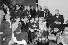 """""""La moda es parte de la vida diaria y cambia todo el tiempo, con cada acontecimiento puedes ver el advenimiento de una revolución en la ropa. Puedes ver y sentir todo en las prendas"""". -Diana Vreeland Nacida en Francia en 1903, Diana Vreeland es, probablemente, la figura más destacada dentro de la historia de las …"""
