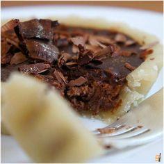 Torta de marzipan com recheio de dois chocolates