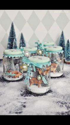 Mooie wintertafereeltjes in glazen potjes.