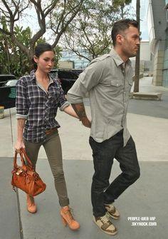 > Megan Fox  Megan  tient par la main son mari, Brian Austin Green à leur arrivée au Staples Center  (dimanche (3 avril) à Los Angeles.)