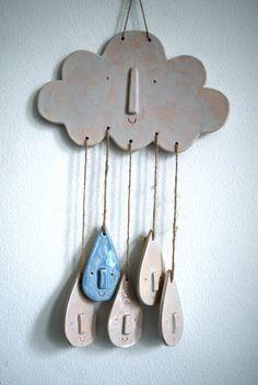 Ce petit nuage en céramique blanc a 5 amis heureux de goutte de pluie. Il est composé de grès et a un lavis démail brillant blanc. Les gouttes de pluie sont attachés avec de la ficelle de chanvre. Le vitrage est sur un côté seulement donc cela conviendrait à être accroché sur le mur les meilleures, mais se présenterait aussi belle accroché dans une fenêtre ou utilisé comme un mobile. Il est unique et ont été réalisé et décoré à la main.   Largeur de nuages - 19cm Hauteur des nuages - 12cm…