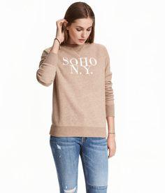 Check this out! Een sweater van gemêleerde joggingstof met een print. De sweater heeft lange raglanmouwen en een boord aan de onderkant en onder aan de mouwen. – Ga naar hm.com om meer te bekijken.