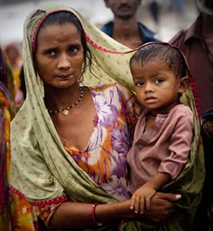 Woman carries her baby in the street - Hyderabad, India
