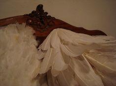 """Zé Carlos Garcia - ArtMaZone  """"Cama"""" (2010)Rio de Janeiro Objet mutant réalisé par un processus de déformation d'un meuble ancien et art plumaire. Photos de l'exposition """"2 ans"""", au Barracão Maravilha (mars 2010)."""