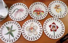 Set de portavasos pintados a mano sobre porcelana, motivos orquídeas Colombianas, Cecilia Farbiarz Barware, Coasters, Cup Holders, Porcelain Ceramics, Coaster, Tumbler