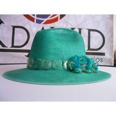 sombrero pintado a mano, y decorado con piedras elaboradas en material reciclado