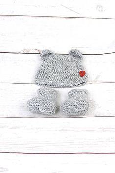 Súprava pre novorodenca je ručne háčkovaná z prírodného materiálu - z kvalitnej nórskej extra jemnej šedej 100% merino vlny vhodnej pre citlivú detskú pokožku. Čiapka je ozdobená č...