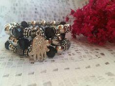 Trio de pulseiras com cristais e pérolas cromadas com pingente. Charmosas demais. R$25.00.